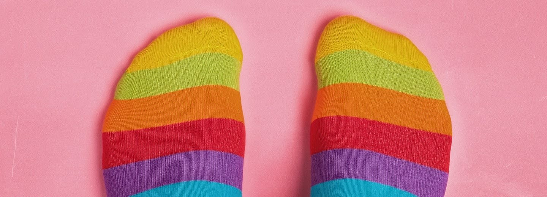 meias coloridas contra um fundo rosa