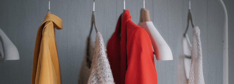 close up do guarda-roupa com diferentes tipos de roupas