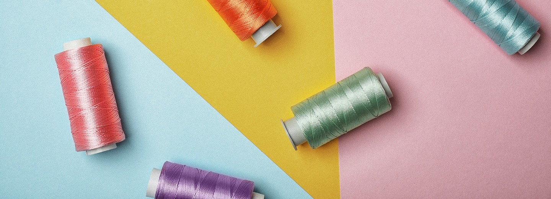fios de cores diferentes em um fundo colorido